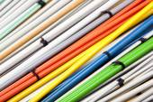 Closeup coloridos conjuntos de pares de agulhas de tricô — Fotografia Stock