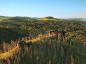 солнечный осенний рассвет в парке швейцария красивая гора чехии-саксония. теплые солнечные лучи бороться холодной земле туман в долине. — Стоковое фото