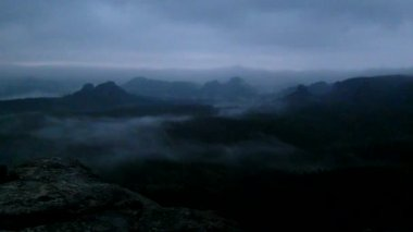 Cold misty night in a fall valley of Saxony Switzerland park. Hills  increased from magical darkness. — Stock Video