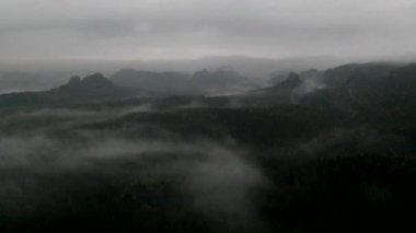 Cold misty night in a fall valley of Saxony Switzerland park. Hills increased from darkness. — Stock Video