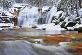 Winter-Blick über schneebedeckten Felsen zum Wasserfall Kaskade. Wellenförmige Wasserstand... Stream in Tiefkühltruhe. — Stockfoto