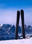 Skis in snow at mountains, nice sunny winter day at peak — Stock Photo