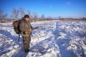Hunter na polu czeka ofiary. Zima łowiectwo. — Zdjęcie stockowe