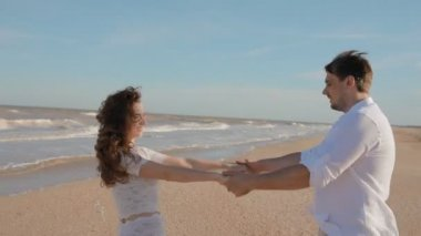 Młodych ludzi krąży trzyma się za ręce — Wideo stockowe
