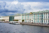 View Winter Palace  in  Saint Petersburg from Neva river. Russia — Stock Photo