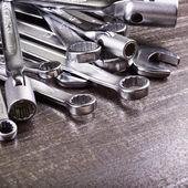 Nycklar på en metall bakgrund — Stockfoto