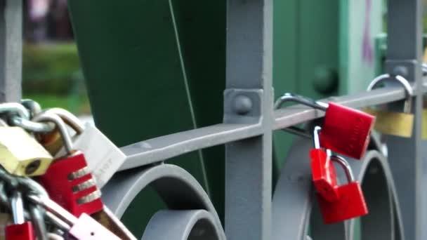 Deseo de candados en el puente — Vídeo de stock