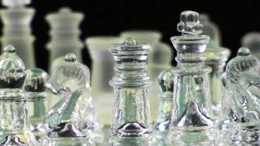 Игра в шахматы сделана стеклом — Стоковое видео