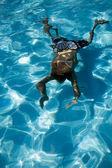 Человек отражение дайвинга в бассейне под водой — Стоковое фото