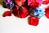 Rose e regalo in amore — Foto Stock