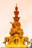 золотой будда на mounth emei — Стоковое фото