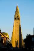 Hallgrimskirkja and Leif Ericsson statue in Reykjavik — Stock Photo