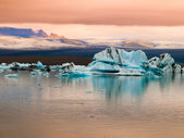 Jokulsarlon Glacier Lagoon in evening red sunlight — Stock Photo