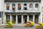 Fun moto taxi on a street of Havana — Stock Photo