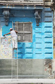 Construction worker renovates facade of old colonial building in Havana Vieja, Cuba — Stock Photo