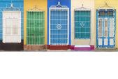 Colonial architecture of Cuba, Trinidad windows — Stock Photo