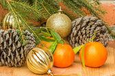 Zapfen, Mandarinen und Weihnachtskugel und Fichte Zweig — Stockfoto
