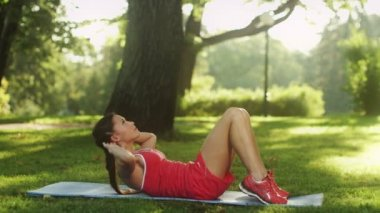 Pretty Girl Doing Ab Crunches in Nature — Stock Video
