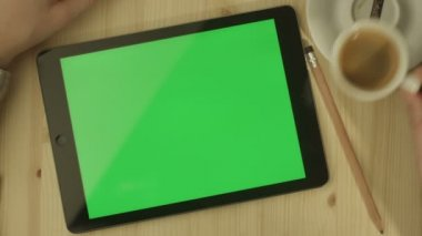 Tablet with Green Screen Laying on a Table — Stok video
