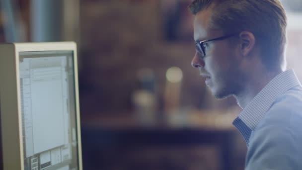Designer is Working at Evening in Studio — Vídeo de stock