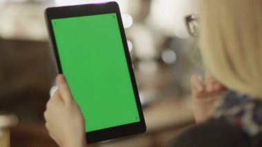 Girl Using Tablet with Green Screen. — Stock Video