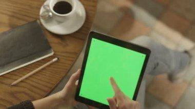 Tablet ile yeşil ekran kullanan kız. Omuz görünümü üzerinde. — Stok video