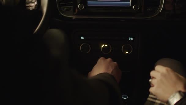 Amantes de unir manos en coche — Vídeo de stock
