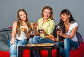 Chicas comiendo — Foto de Stock