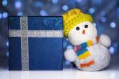 Christmas snowman toy with gift box or present — Stock Photo