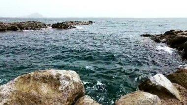Kameny a skály na pobřeží nebo na pobřeží s vlnami oceánu nebo moře — Stock video