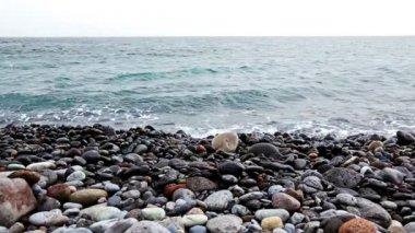 Kameny s vlnami na pláži pobřeží nebo na pobřeží moře nebo oceánu — Stock video