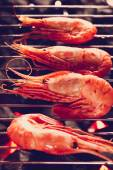 Four shrimps on a grill — Stockfoto