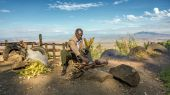 African man in a suit sells corn  near the Great Rift Valley in  — Stock Photo