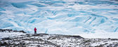 Man standing on Glaciers — Stock Photo