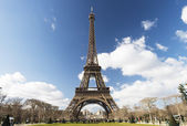 Eiffel Tower under blue sky — Stock Photo