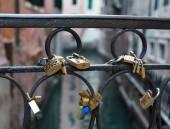 Love Locks on a Bridge in Venice — Foto de Stock