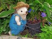 刺猬园丁的帽子与小车的数字 — 图库照片