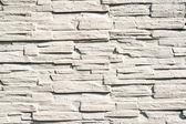 забор из узких камней, скрепленных цементом, окрашены с wh — Стоковое фото