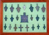 小さな古い鉄の十字架像のコレクション — ストック写真