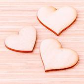 Den trä hjärtan på trä bakgrund. -Koncept för kärlek och w — Stockfoto