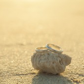 Wedding rings put on the beachside. — Stock Photo
