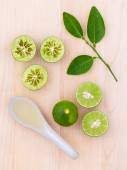 Fresh Lime juice and lime slice on wooden background with lime l — Stock Photo