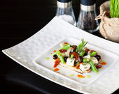Queso fresco con ensalada y crujiente. — Foto de Stock