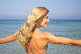 Frau Entspannung im Meer — Stockfoto