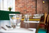 пустые стаканы на столе — Стоковое фото