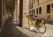 Bicycles on a cobbled Italian street — Foto Stock