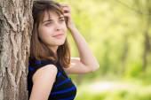 Krásná dívka u stromu na jaře — Stock fotografie