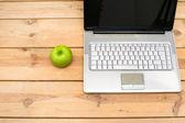 Laptop och green apple — Stockfoto