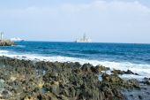 Нефтяной вышке и побережье — Стоковое фото