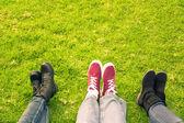 Trzech buty na trawie — Zdjęcie stockowe
